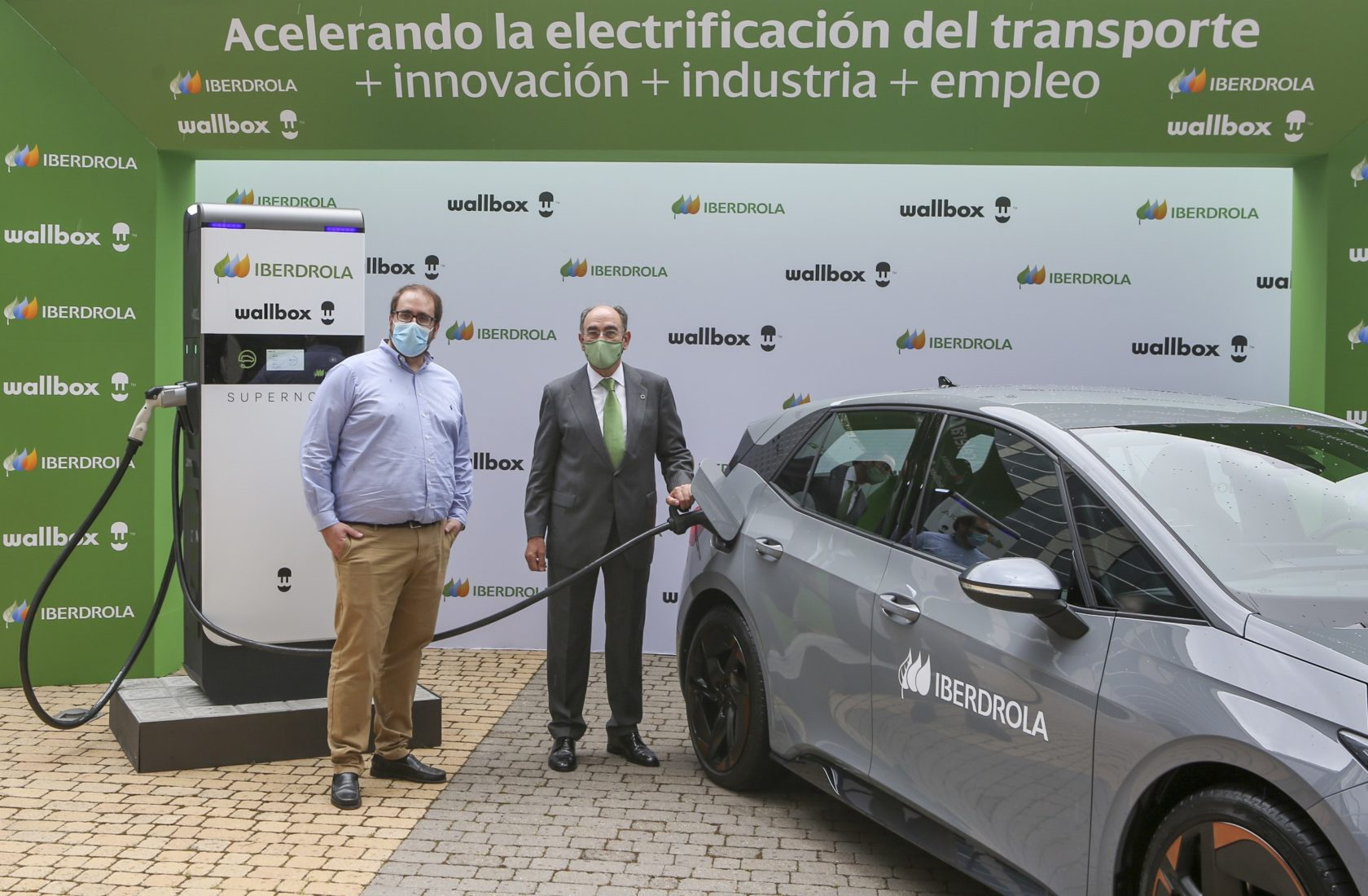 Ignacio Galán, president of Iberdrola, and Enric Asunción, CEO of Wallbox, with a Supernova, charging a SEAT CUPRA Born